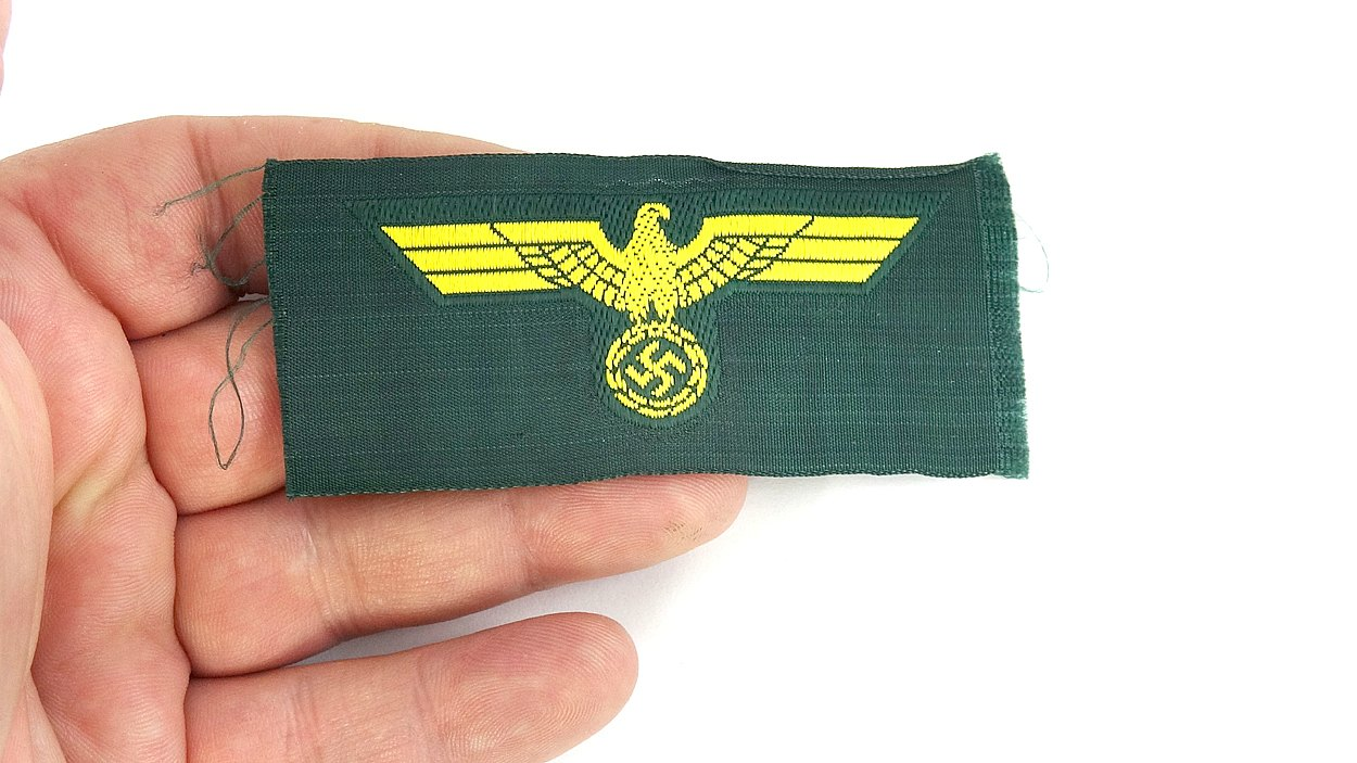 980b4f7fbe3 This cap insignia is in unissued condition
